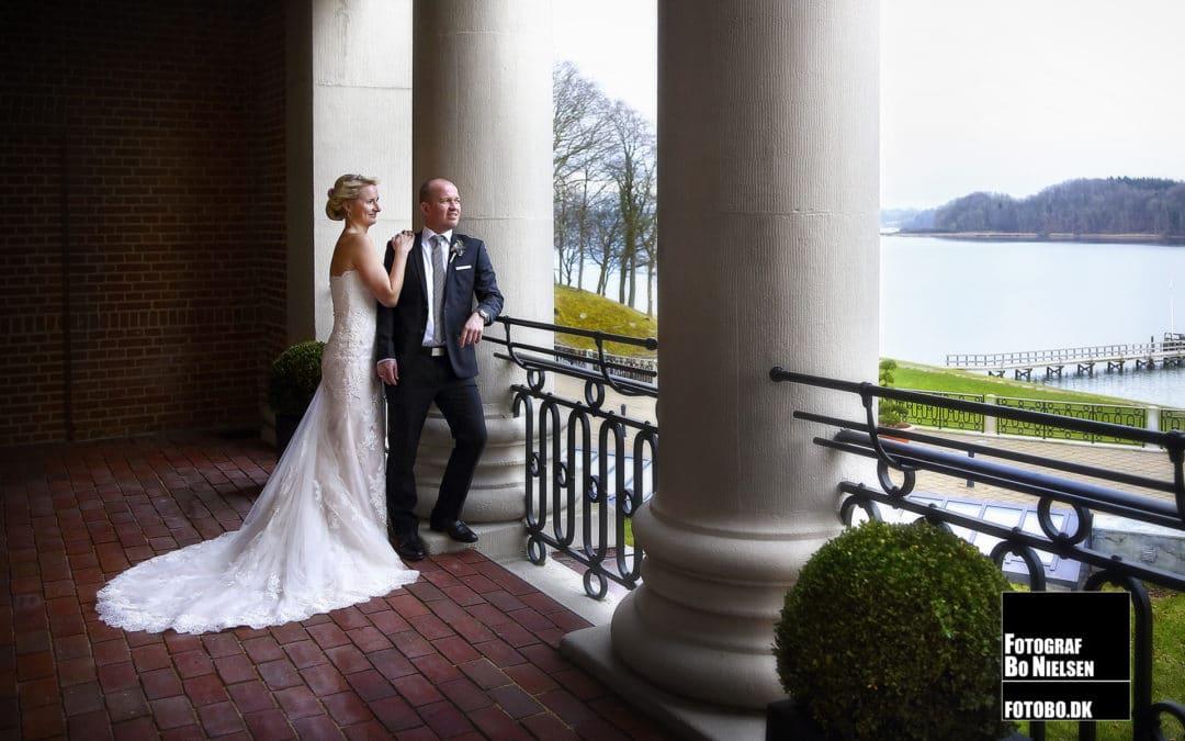 Bryllupsbillede af brudepar fotograferet på Hotel Koldingfjord. Fotograferet af fotograf Bo Nielsen