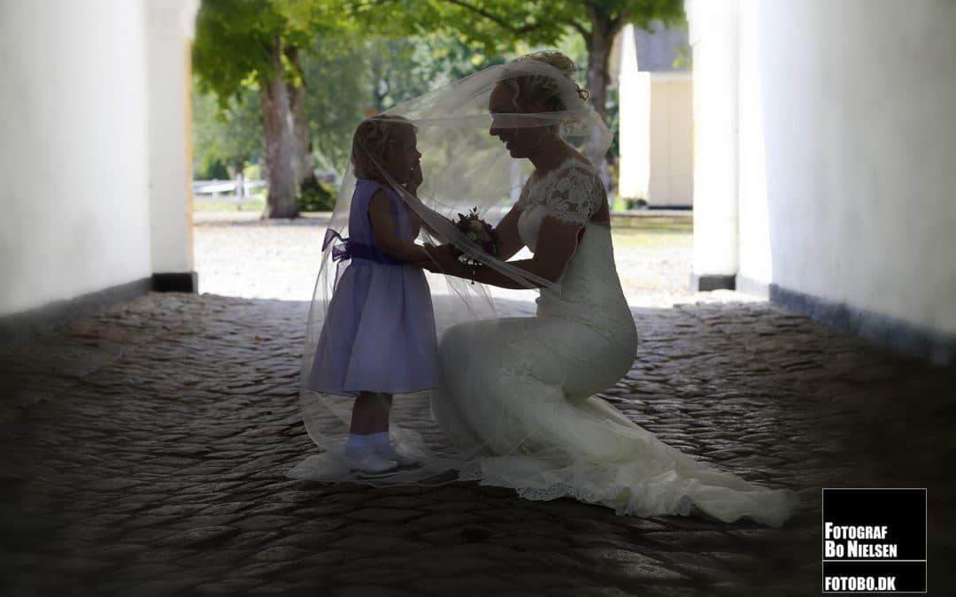Bryllupsbillede af brude og brudepige, fotograferet onlocation, af fotograf Bo Nielsen