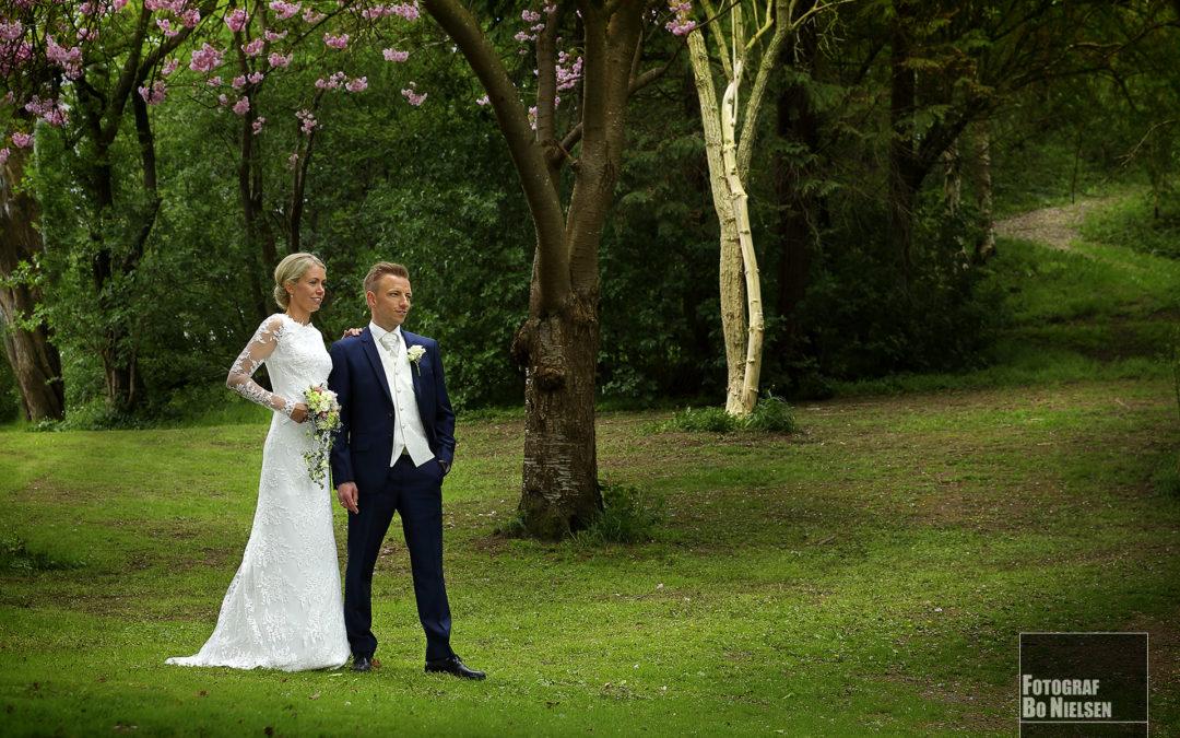 Bryllupsbillede af brudepar fotograferet onlocation, af fotograf Bo Nielsen