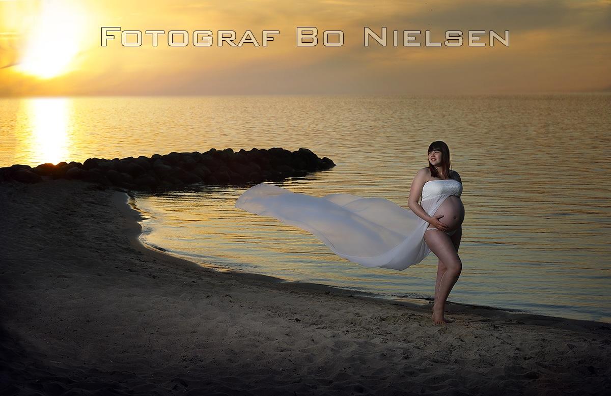 Gravid fotografering af en smuk kvinde på stranden i Kolding. Fotograferet af Fotograf Bo Nielsen