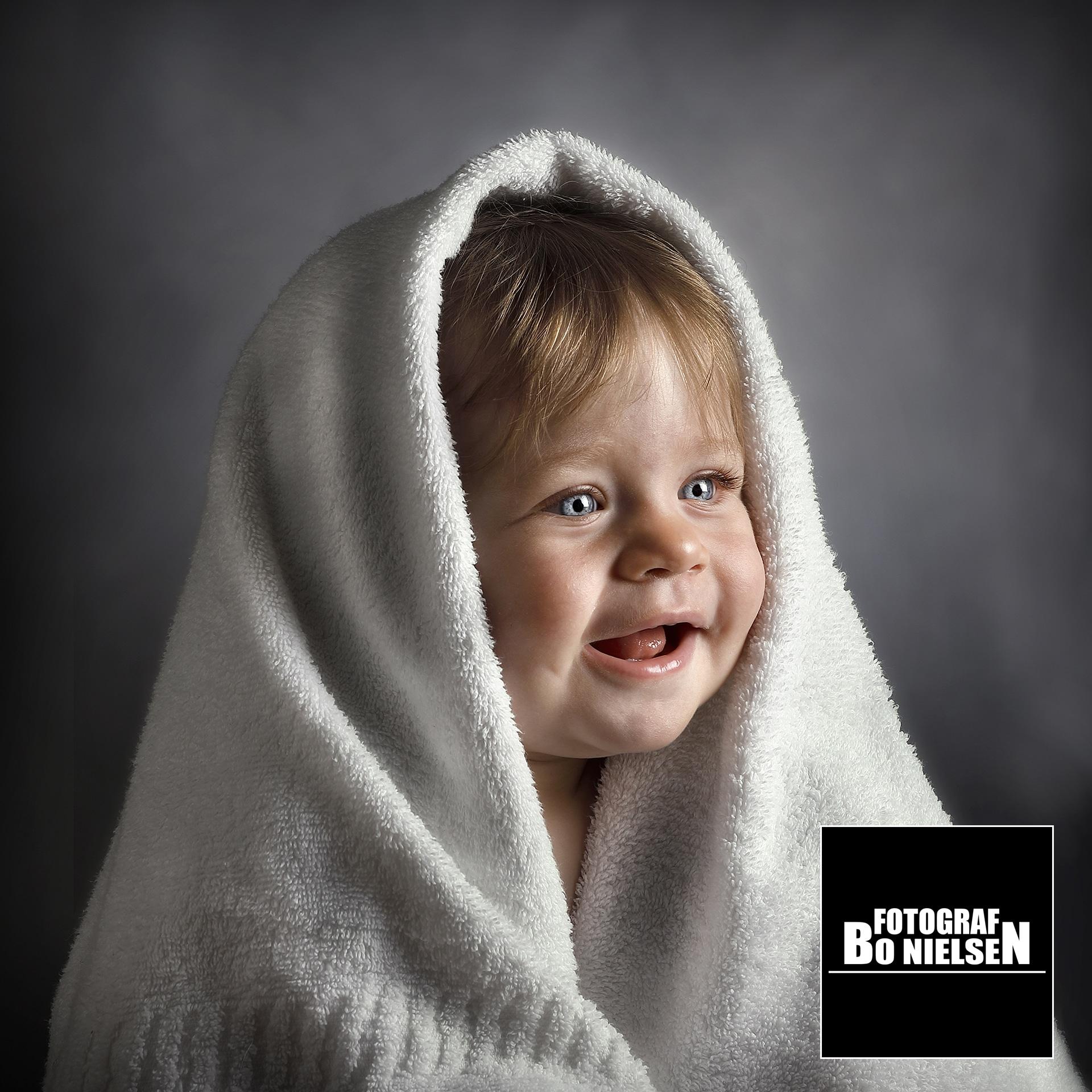 Fotograf Bo Nielsen tager månedsbilleder, her en Guldklump fotografering i studiet af fotograf Kolding. 5 måneders billede