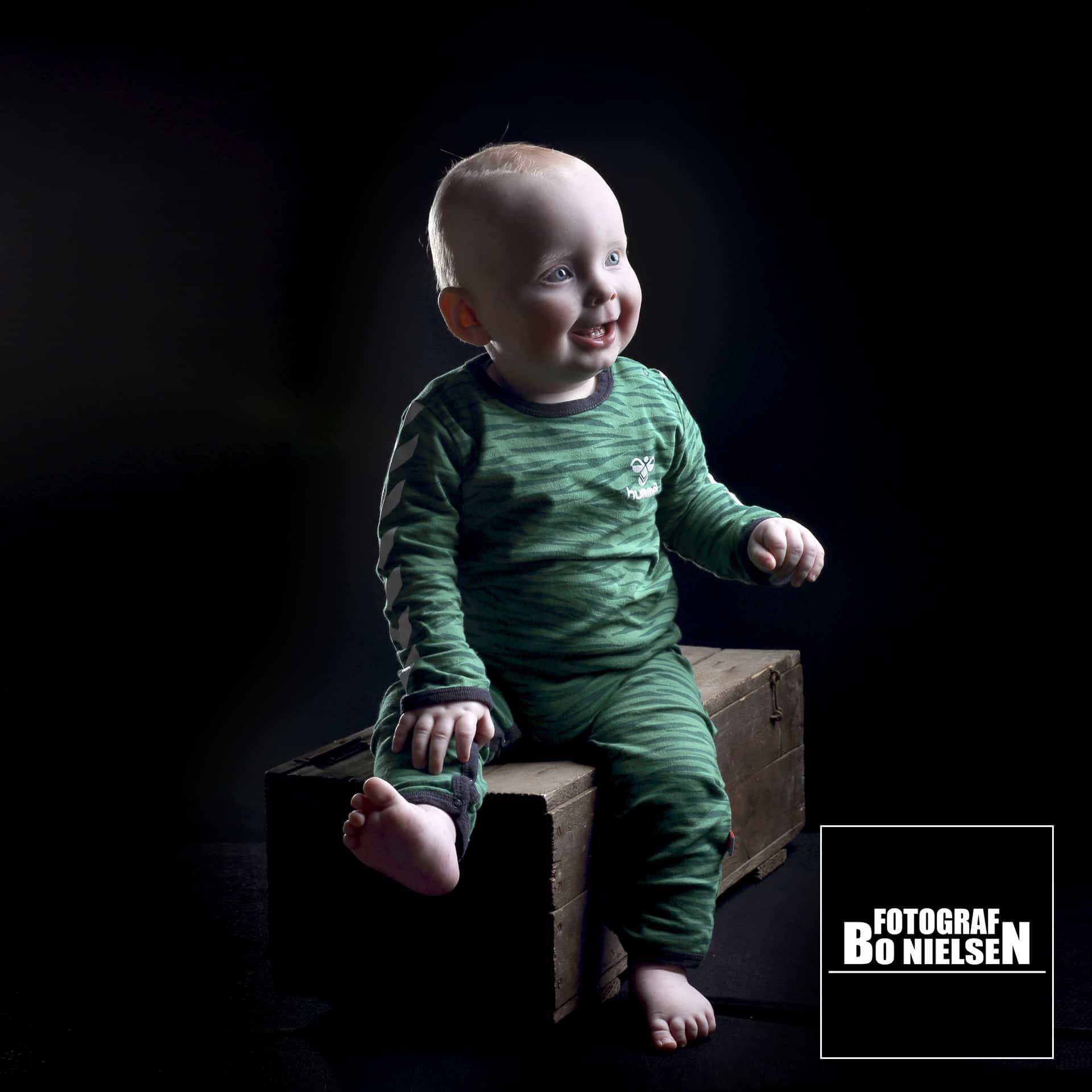 Fotograf Bo Nielsen tager månedsbilleder, her en Guldklump fotografering i studiet af fotograf Kolding. 8 måneders fotografering